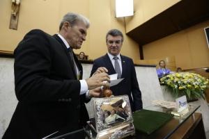 Diretor regional dos Correios entrega o selo ao deputado Garibalde