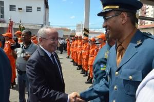 Luciano Bispo parabeniza um dos bombeiros promovidos
