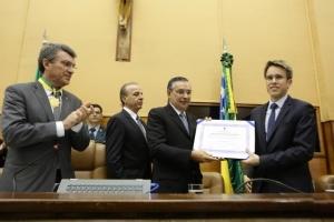 O filho de Henrique Prata recebe a homenagem das mãos do senador Eduardo Amorim