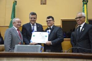 Grão-mestre Alberto Jorge recebe a placa
