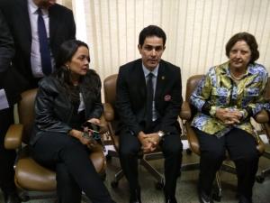 Deputado em conversa com Maria do Carmo e Ana Alves