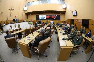 Plenário com amigos do homenageado e representantes do Exército